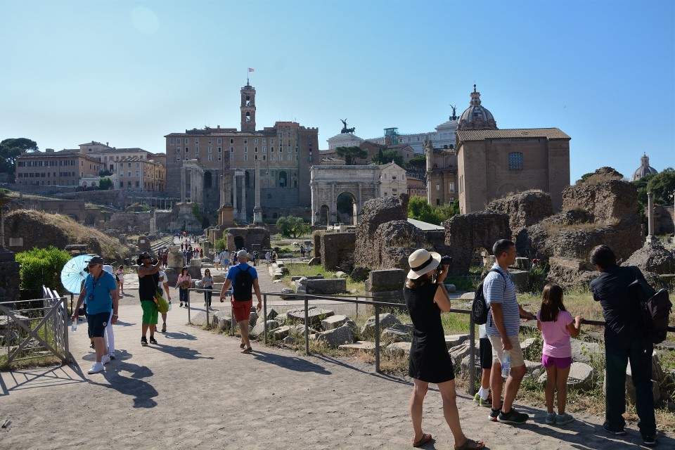Antiikin Rooman poliittisen vallan keskus Forum Romanum on suosittu turistinähtävyys.