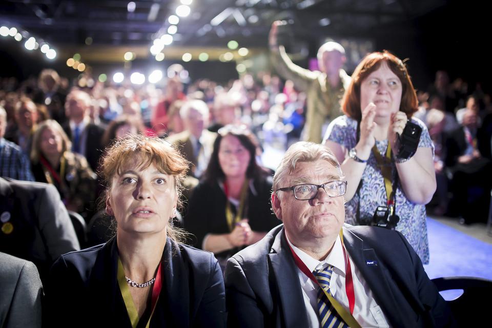 Perussuomalaisten puheejohtajapaikasta luopuva Timo Soini ja vierellään perussuomalaisten puoluesihteeri Riikka Slunga-Poutsalo kuultuaan äänestystuloksen perussuomalaisten puoluekokouksessa Jyväskylässä.