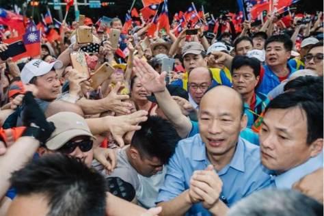 高雄市長韓國瑜6月1日出席凱道挺韓大會師時,湧進大批支持者,光進場就走了10多分鐘。(圖/本報系資料照)