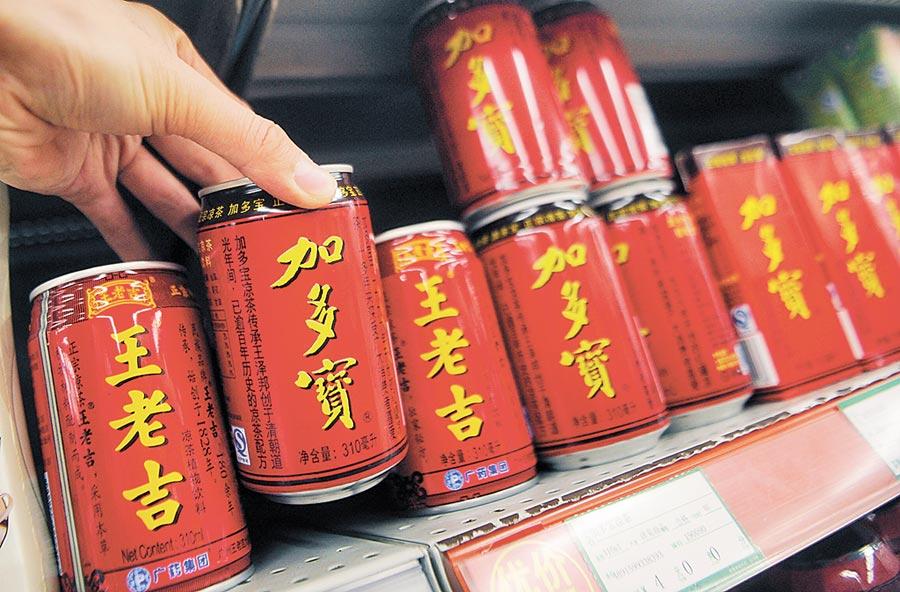 超市出售王老吉與加多寶紅罐飲料的資料圖片。(中新社)