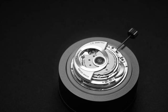 香奈兒為了推出新款J12腕表,斥資買下Kenissi機芯廠打造自製機芯。(CHANEL提供)