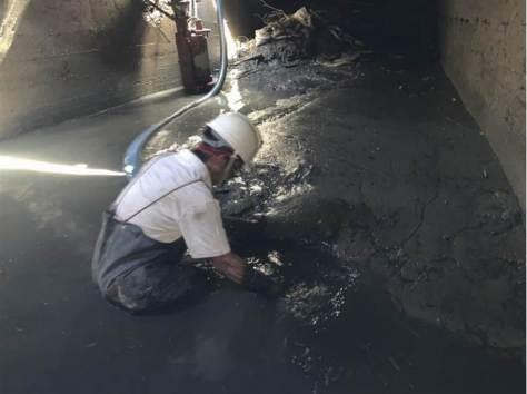 高巿府水利局自4月底開始展開鳥松區神農路與曹公新圳附近的清疏。(資料照/曹明正翻攝)