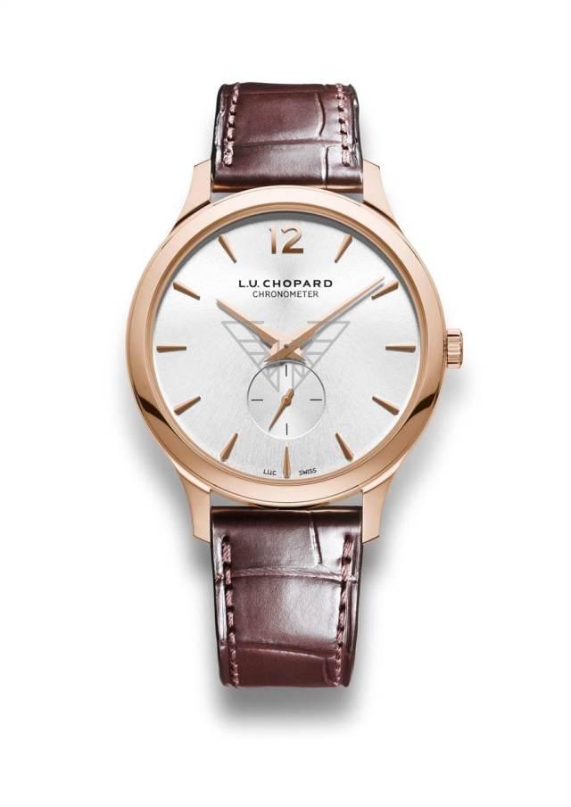 蕭邦為電影《霹靂嬌娃》打造L.U.C系列XPS玫瑰金腕表,表盤上有霹靂嬌娃的金色翅膀圖騰。(CHOPARD提供)
