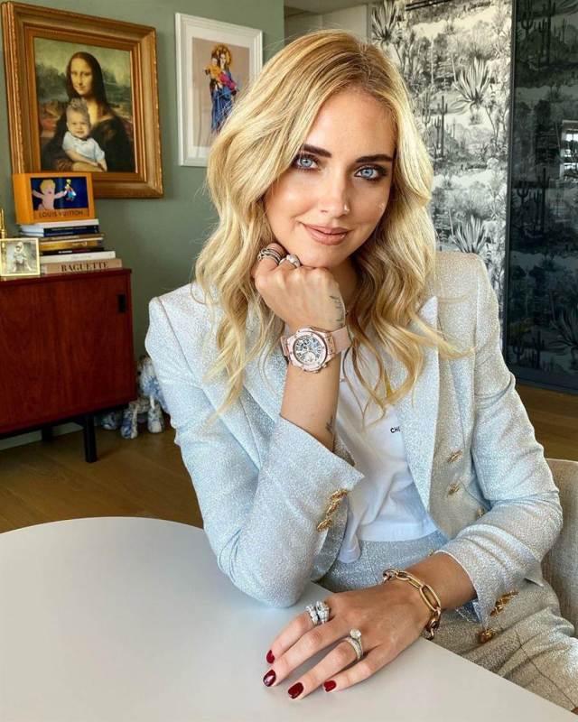同樣是新手媽媽的Chiara Ferragni以水藍色套裝搭配Big Bang千禧粉腕表。(擷自IG)