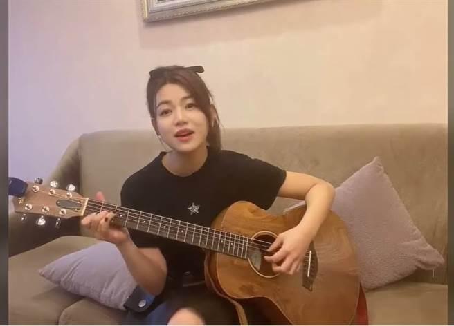 陳妍希絕美彈吉他。(圖/取材自陳妍希 Michelle臉書)