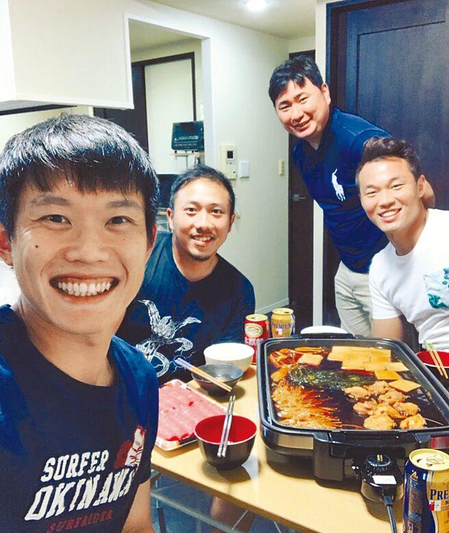2019年除夕陳冠宇(左一)與李杜軒(左二)、王柏融(右一)等旅日好手在東京吃年夜飯。(陳冠宇提供)