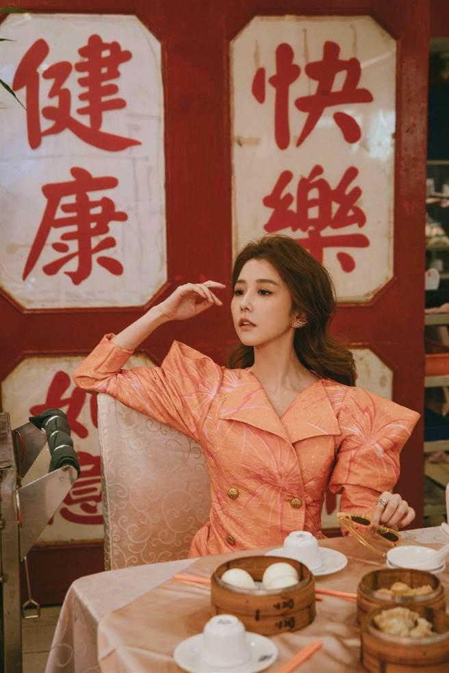 邵雨薇刻意梳蓬頭髮,搭配厭世眼神,就是參考電影《重慶森林》的林青霞。(多曼尼提供)