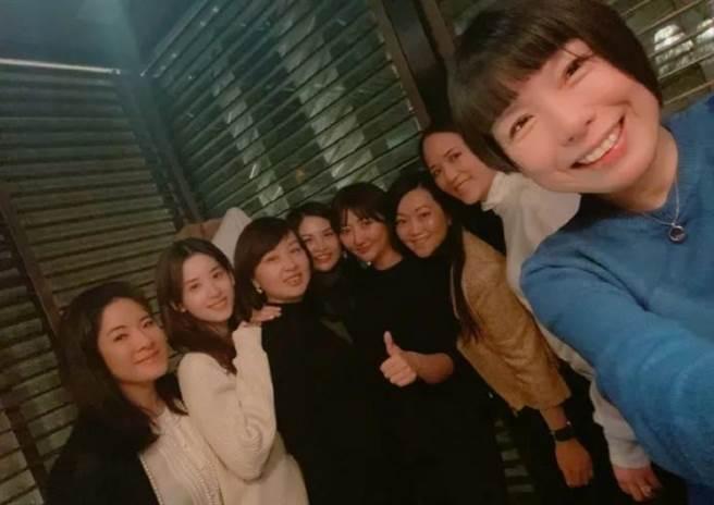 大陸《VOUGE》前主編張宇曬出女性女人聚會照,章澤天(圖左二)也只能站靠旁邊的位置。(圖/ 摘自微博)