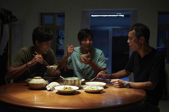 吳朋奉(右起)在《東經北緯》飾演鄭凱、柯鑑育的父親。(CATCHPLAY提供)