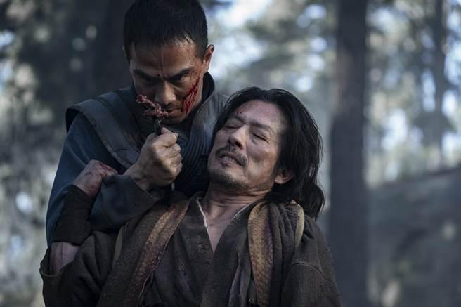 喬塔斯利姆飾演「避寒」和「絕對零度」(左),真田廣之飾演「波佐治半藏」和「魔蠍」。(華納兄弟提供)