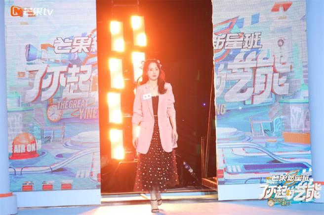 董璇登上陸粽《了不起藝能》擔任導師,她也精彩挑戰對視要詮釋10秒落淚。(圖/取材自董璇工作室微博)