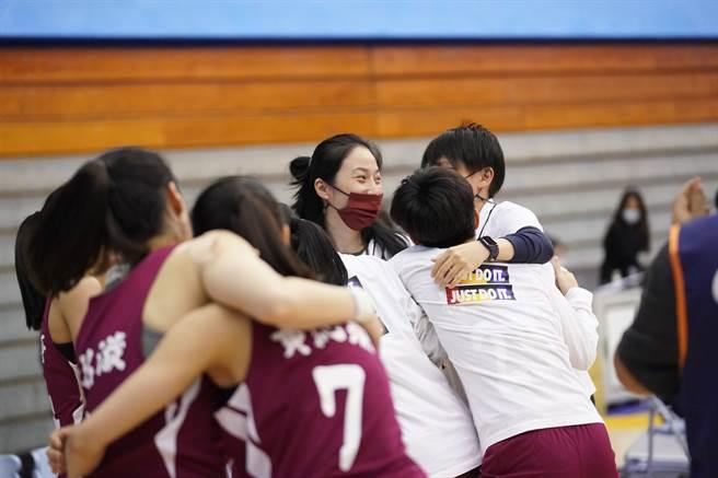 佛光大學女籃今天在UBA女籃6強複賽獲勝,收下4強門票,賽後球員擁抱教練楊淑淨(中)。(大專體總提供)