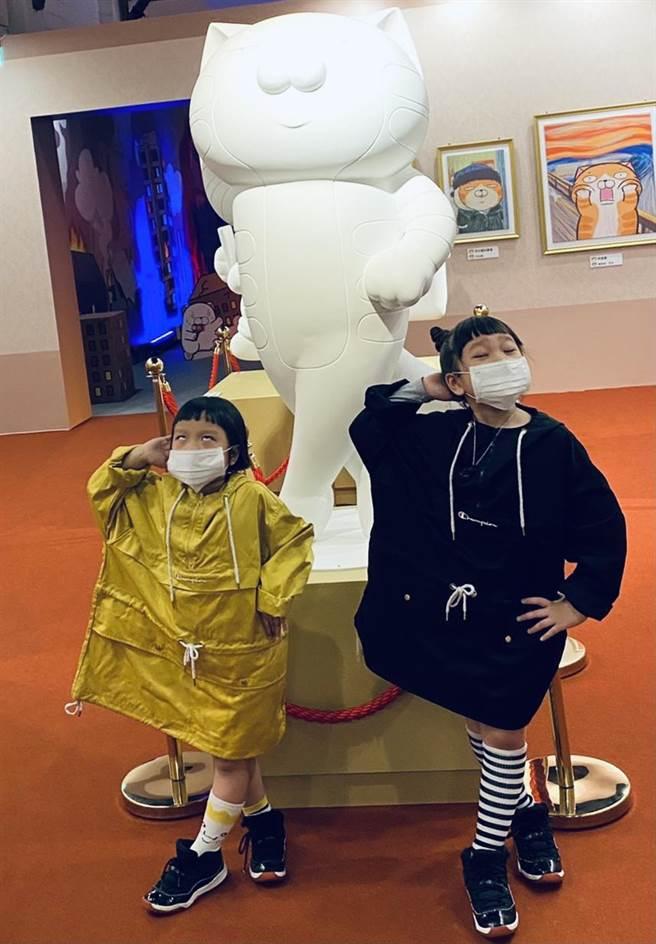 網紅胖球&斯拉今到「嗨起來!白爛貓五週年特展」看展。(開麗娛樂提供)