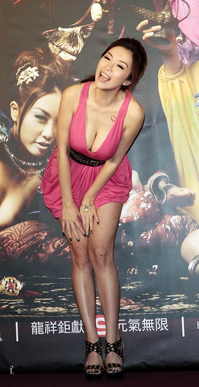 雷凱欣當年來台出席活動,看到一旁女星擺性感pose拍照,不干示弱地也想要擺弄性感的pose。(李開明攝)
