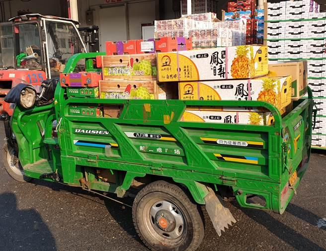 北京新发地农产品批发市场是北京最大的批发市场,有很多商人在出售进口的台湾水果。 图为市场上一辆装满台湾菠萝和南美释迦的小型卡车,准备将其运送给客户。  (蓝小伟摄)