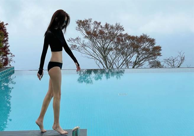 邵雨薇穿黑色泳裝,身材超級瘦。(圖/FB@邵雨薇)