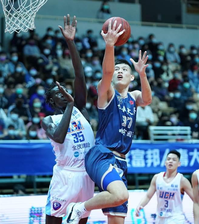 世新尤楚翔(右)今天繳出11分、11籃板好表現。(大專體總提供)