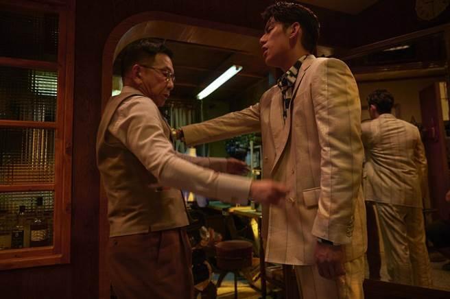 朱軒洋(右)劇中動手推倒袁富華(左)。(公視提供)