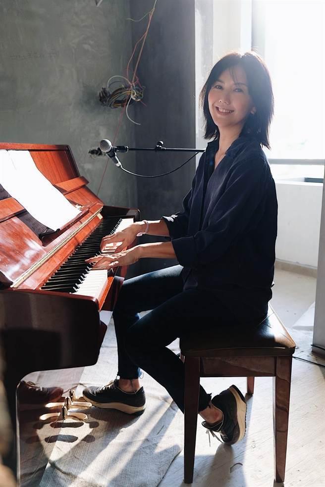 孫燕姿推出自彈自唱版〈餘額〉MV(MAKE / MUSIC 提供)