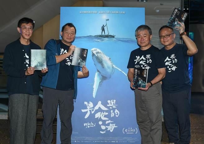《男人與他的海》配樂林生祥(左起)、水下鯨豚攝影師金磊、海洋文學作家廖鴻基、導演黃嘉俊。(牽猴子提供)