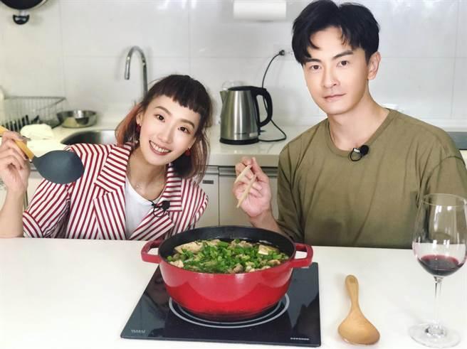 鄭元暢邀請好友陸明君上「不專業廚房」節目。(最大國際娛樂提供)