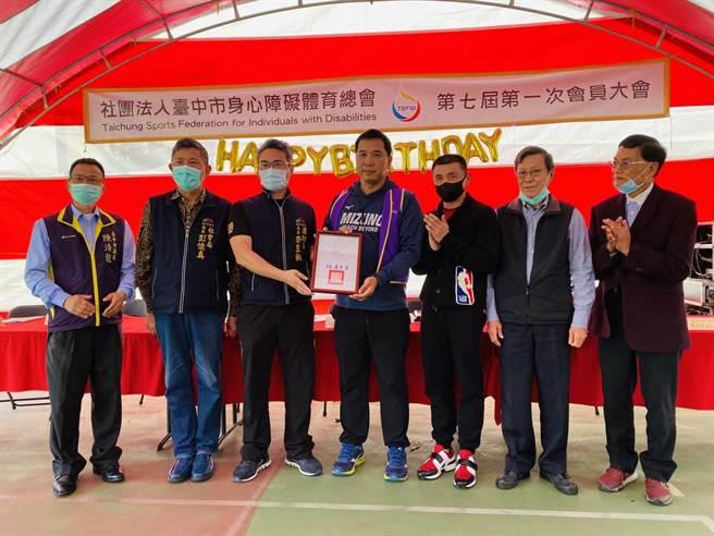 運動局長李昱叡代表市長盧秀燕出席頒發市府感謝狀。(台中市政府提供)
