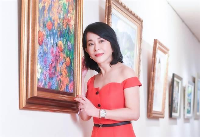 有「90年代古典美人」之稱的資深藝人邱于庭,近年醉心油畫創作,近期於聯合展覽中展出人生第一幅畫作「喜悅」。(盧禕祺攝)