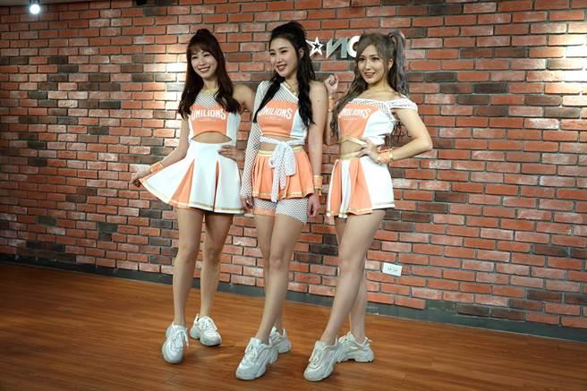 「Uni Girls」今天公布全新年度3款表演服。(毛琬婷攝)