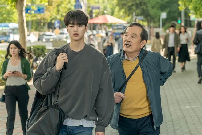宋江(左)和朴仁煥主演Netflix的兒子」的宋江《如蝶翩翩》。(Netflix提供)