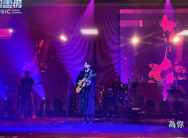 李友廷在KKBOX風雲榜頒獎典禮自彈自唱新歌。(許雅淳攝)
