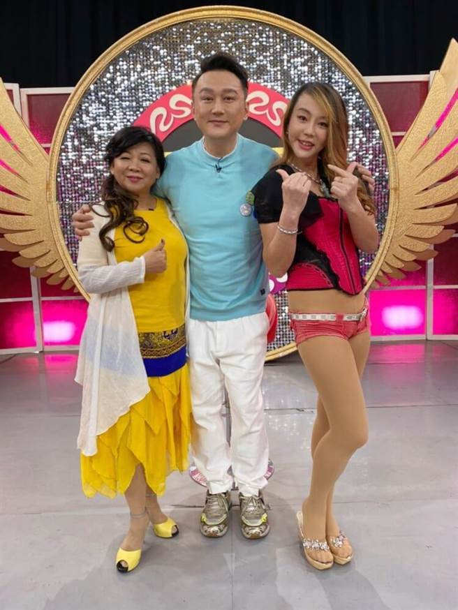 魏秀文(左起)、何篤霖與法拉利姊開心同框。(JET提供)