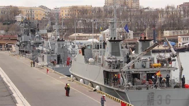 北约组织了四艘军舰进入乌克兰南部的敖德萨港,并将与乌克兰海军举行联合演习,以表示对乌克兰政府军的支持。  (照片/ Twitter @GlasnostGone)