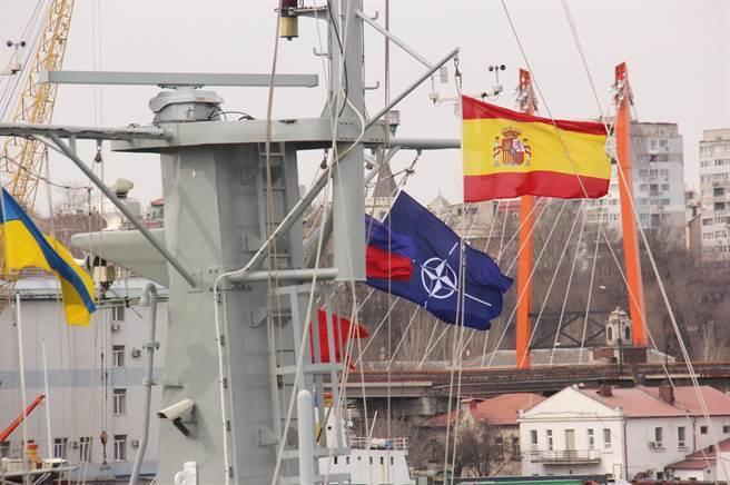 目前驻扎在乌克兰敖德萨港口的四艘北约军舰分别属于西班牙,罗马尼亚和土耳其。  (照片/ Twitter @GlasnostGone)