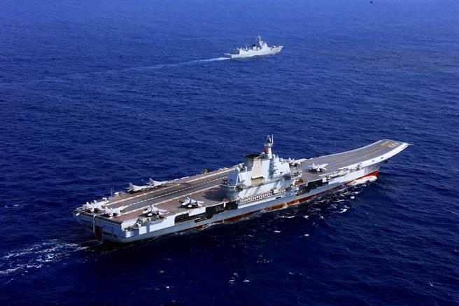 本月初,辽宁舰艇编队越过宫古海峡,向南驶入台湾周围的水域进行演习。 图为辽宁组的档案照片。  (图片/新华社)