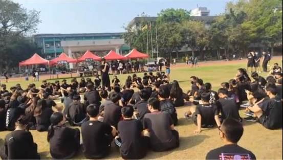 游园会不开心!数百名凤山高中生穿着黑色衣服围坐抗议-中世
