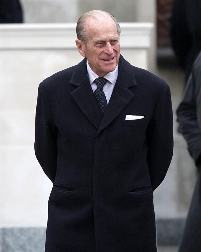 摆在正装胸前的白色方形围巾是已故英格兰菲利普亲王的特色服装风格。  (数据/ TPG照片,大智图片)