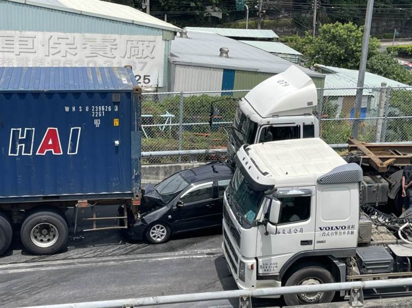 台64再傳車禍,車流回堵到觀音山隧道內。(現場圖/戴上容攝)