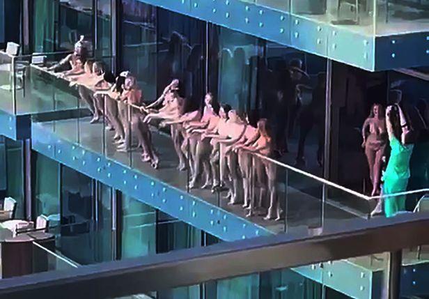 4일(현지 시각) 아랍에미리트의  두바이 마리나의 한 고층 건물 발코니에서 일단의 여성들이 집단으로 누드촬영하는 모습이 외부에 공개되면서 현지 두바이경찰에  체포되었다./ 페이스북