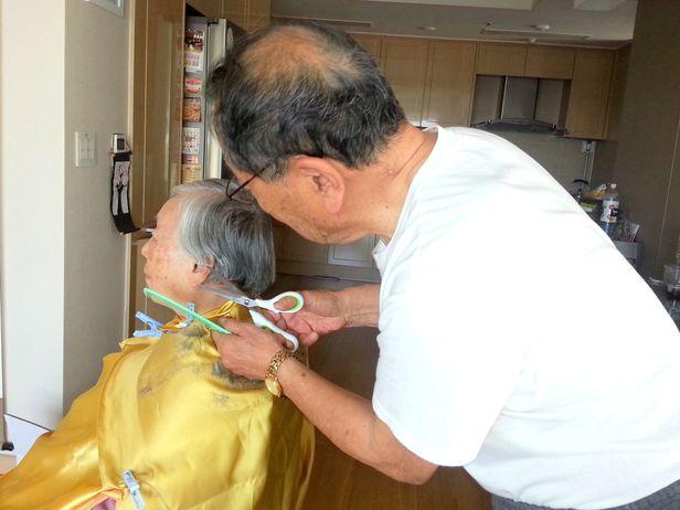 생전 아내 김정자 여사의 머리를 다듬는 한상기 박사. /한상기