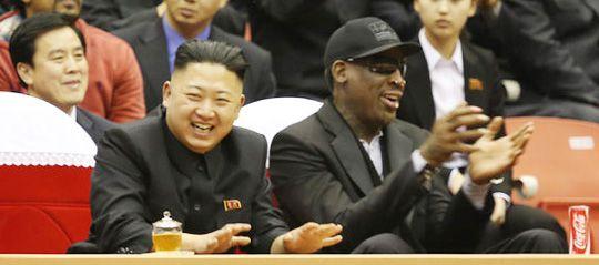 2013년 전 미 NBA 스타 데니스 로드먼(오른쪽)이 평양에서 열린 미국과 북한 선수들의 농구경기를 김정은(왼쪽) 북한 노동당 제1비서와 함께 관전하고 있다.