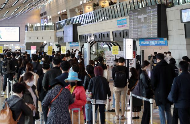 18일 서울 김포국제공항 국내선 청사에서 시민들이 탑승수속을 밟고 있다. /뉴시스