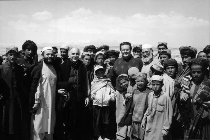 Bulgheroni, al centro con campera, rodeado de jóvenes afganos talibanes.
