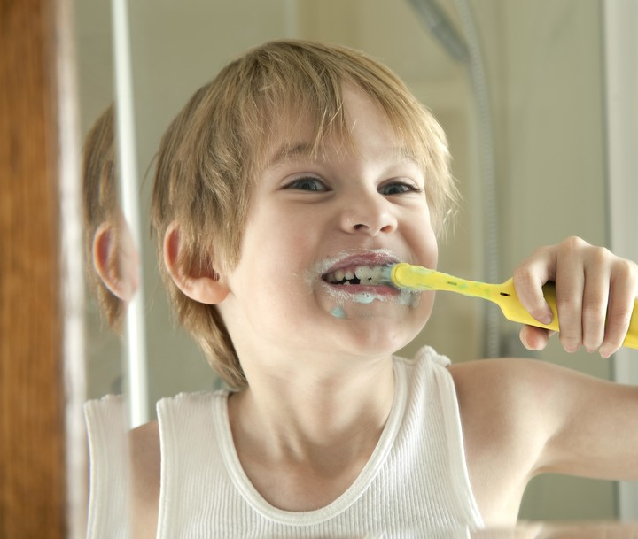 El cepillado diario y preciso es esencial para mantener y cuidar el color propio de cada dentadura
