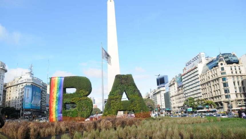 Piden izar la bandera del orgullo gay en escuelas y comisarías los 17 de mayo en la Ciudad de Buenos Aires