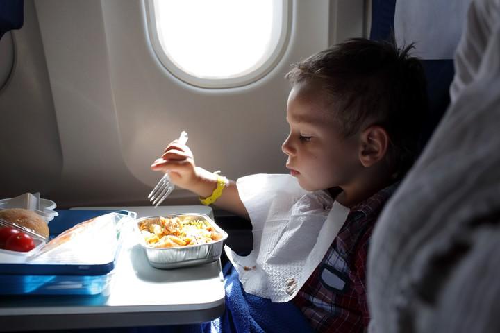 Muchas líneas aéreas ofrecen un menú especial para los chicos. Hay que solicitarlo con anticipación (Getty Images).