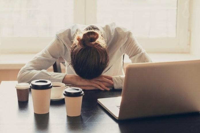 Estar constantemente cansados o sentirse débiles ante un esfuerzo físico es un posible síntoma de anemia. Se detecta por medio de un análisis de sangre.