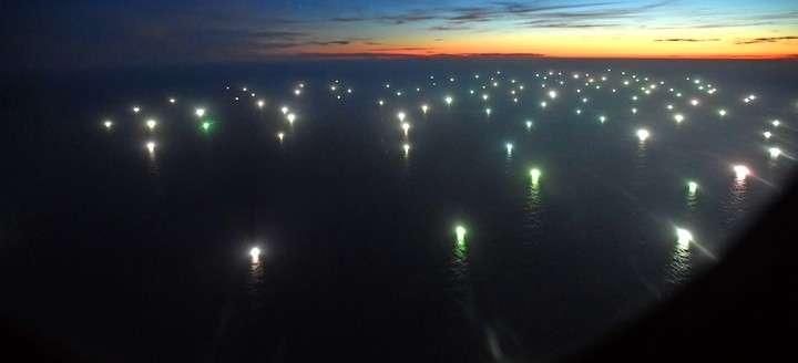 """Una """"ciudad"""" de barcos pesca muy cerca del mar Argentino"""