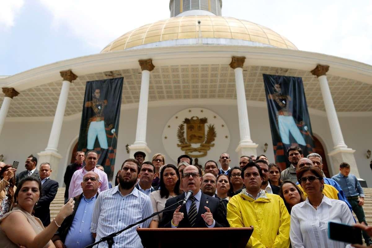 """El régimen de Nicolás Maduro disolvió el Parlamento y la oposición denuncia un """"golpe de Estado"""""""