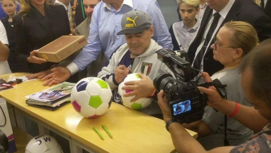 Macri, te queda poco, botón — Diego Maradona