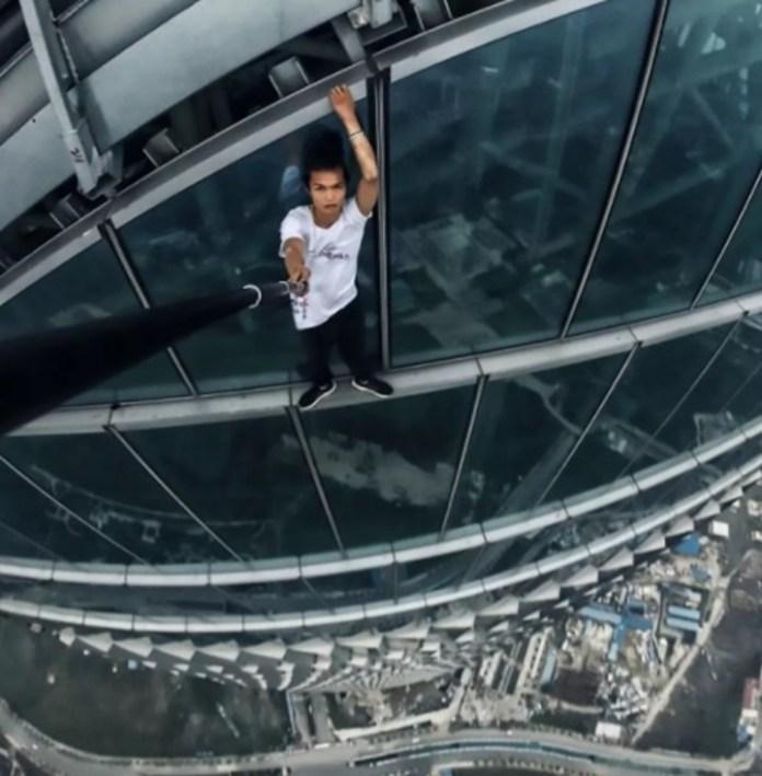 El trágico momento en que un influencer chino grabó su propia muerte al caer de un rascacielos